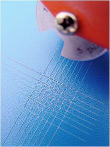 Der Gitterschnitt zeigt die Haftfestigkeit von Lackschichten auf Kunststoffteilen
