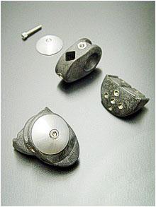 Gespickt mit Inserts ist dieser hochfeste Knochenfixator, hergesellt aus maßstabilem Polyamid66 mit 20 % Kohlestofffasern