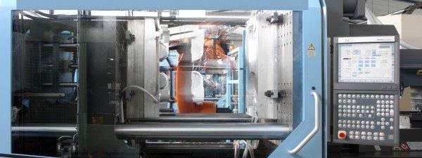 KUKA-Roboter entnimmt Spritzgussteil aus Spritzgussmaschine